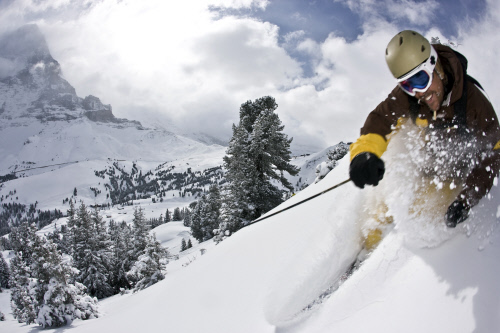 Interlaken: Skifahrer im Tiefschnee
