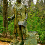 American writer Washington Irving, who wrote about the Alhambra after his visit, is commemorated with a statue.