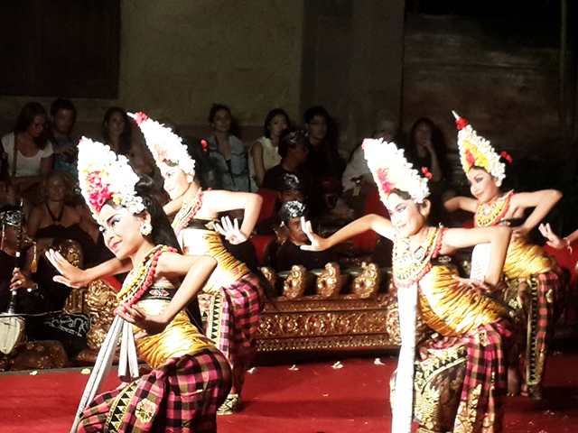 solo travel in bali balinese dancers