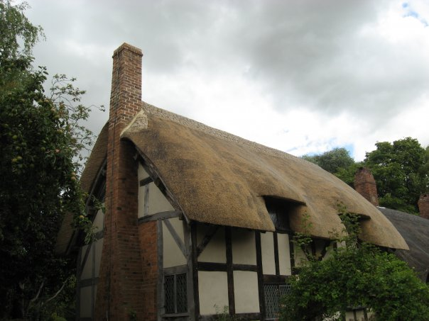 thatched roof English things to see and do in england