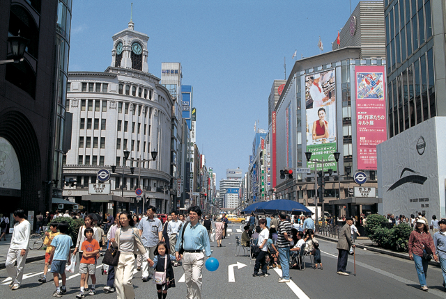 walk the streets on solo travel in tokyo